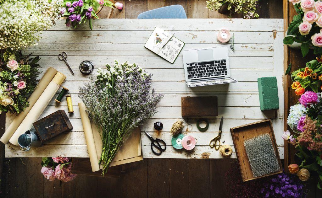 女性らしいパソコンと花の画像