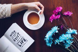 コーヒー、本、花の画像