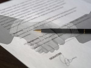 握手をする画像が印刷された契約書