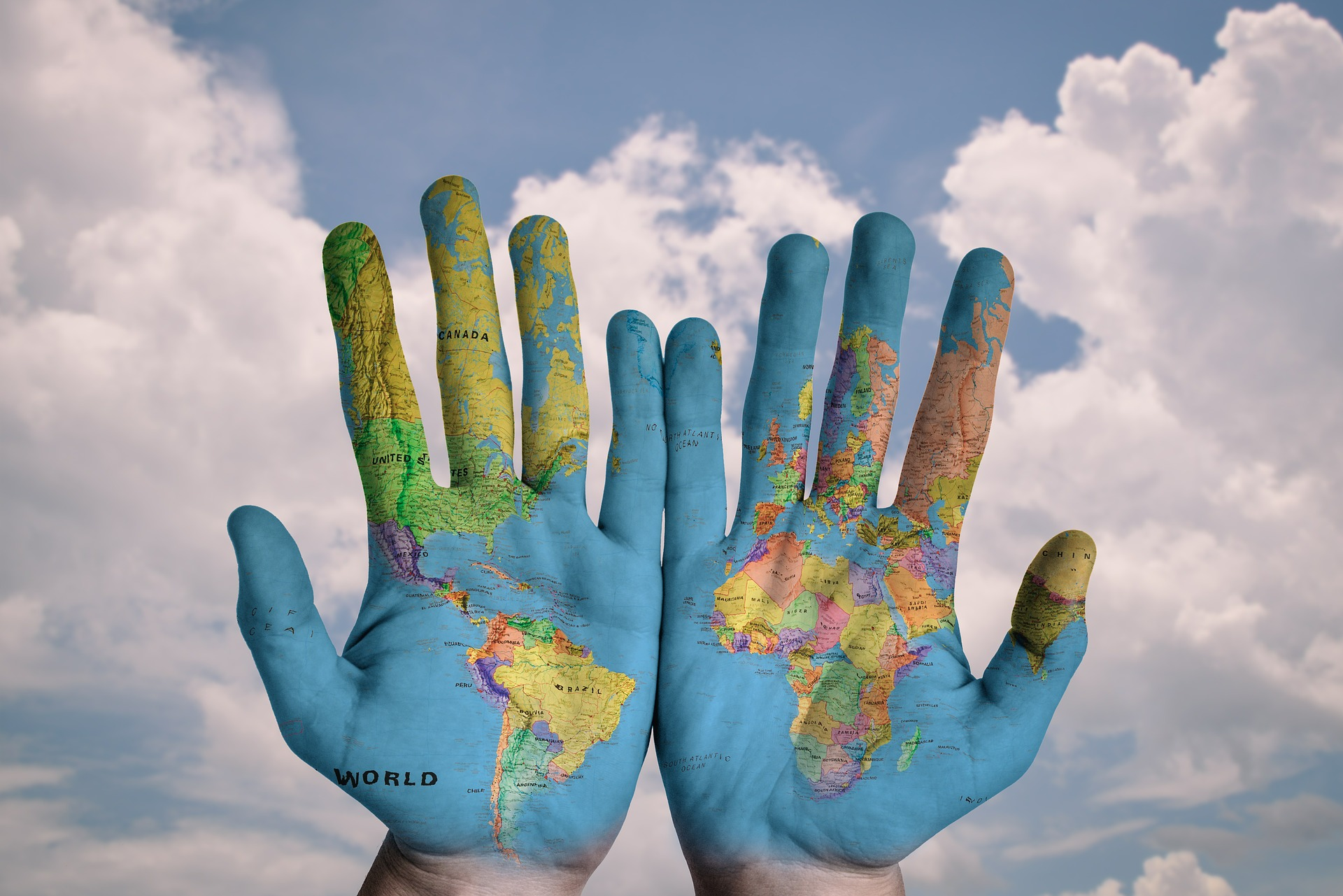 手に書かれた世界地図