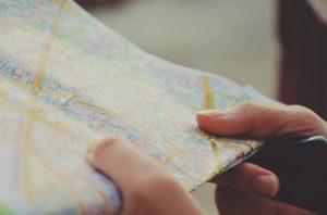 地図を持つ手