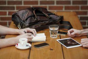 カフェでミーティング中